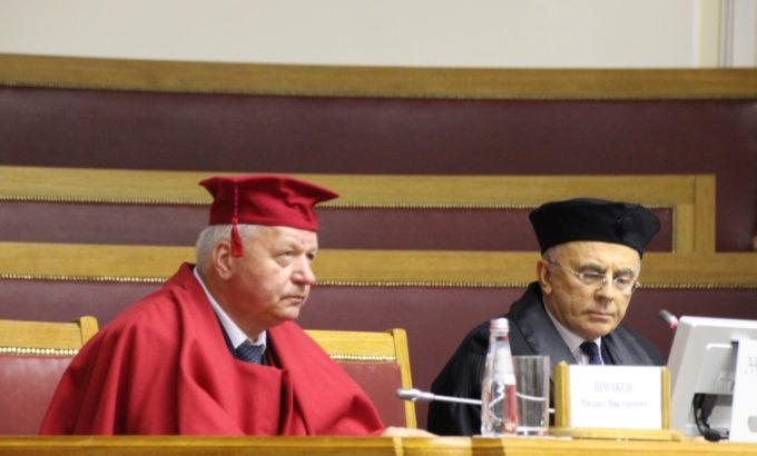 Почетный профессор СПбГУП Михаил Шмаков и Александр Запесоцкий в Думском зале Таврического дворца.