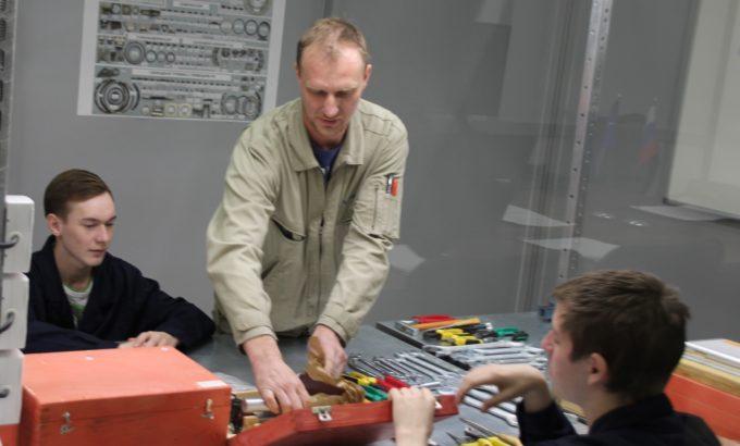 Будущие высококлассные сборщики во время занятия на новом учебно-производственном участке.