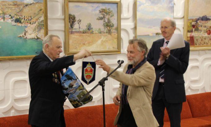 Петербургскому художнику от «вежливых людей». На заднем плане генеральный директор ДК Юрий Барановский.