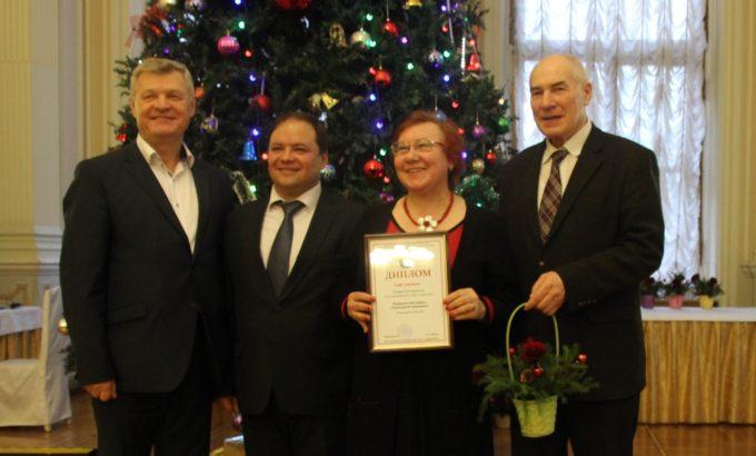 Владимир Дербин, Петр Тищенко и Александр Попов вручают диплом Татьяне Трубачевой.