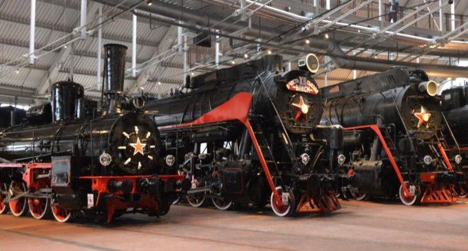 Служебный вагон КВЖД и единственный уцелевший паровоз С-68