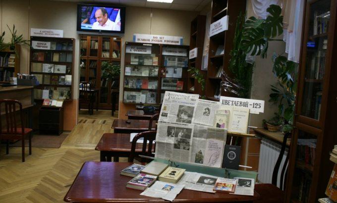 Библиотека ДК насчитывет сегодня свыше ста тысяч книг