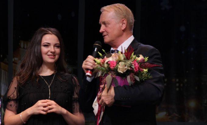Председатель ППО ООО «Кинеф» Виктор Флоцкий вручает цветы Маргарите Видениной