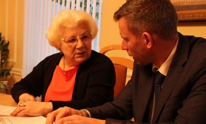 Нина Леонтьева беседует с одним из экспертов