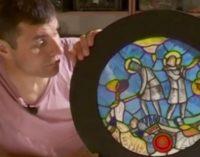 История в глине и цветном стекле