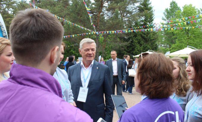 Владимир Дербин беседует с участниккми форума
