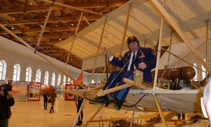 Маршал авиации П.С. Дейнекин в кабине Фармана. Москва. Манеж, 2012 год