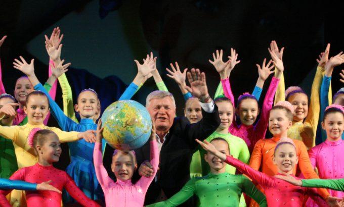 Владимир Дербин с юными артистами, чье выступление завершило праздничный концерт.