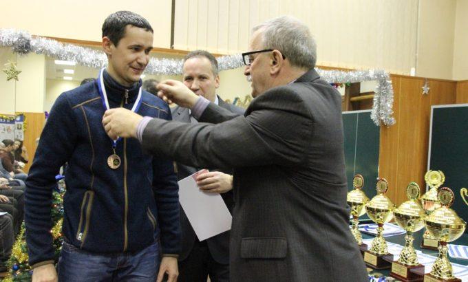 Победителей награждает Николай Чалов
