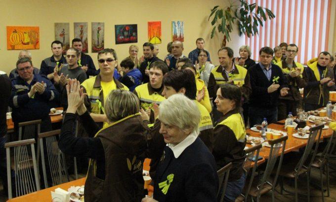 Работники «Мельницы Кирова» аплодируют детям блокады