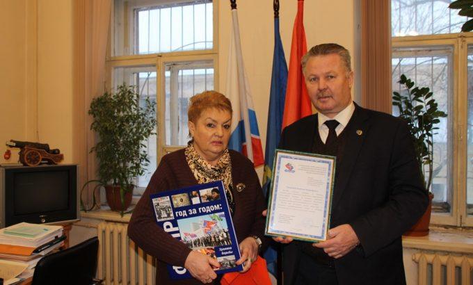 Мария Гринник вручает Анатолию Стекольникову Благодарственное письмо.