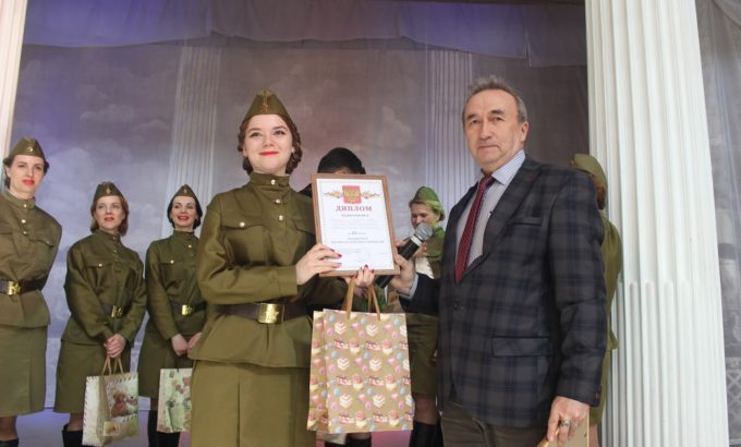 Андрей Кашаев вручает диплом на сцене Дворца Труда