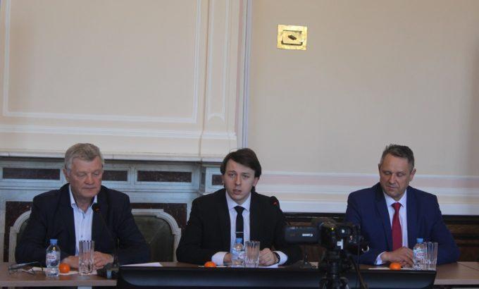 Георгий Кузнецов в центре