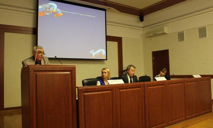 Татьяна Пентешина (справа) в президиуме Публичных обсуждений.