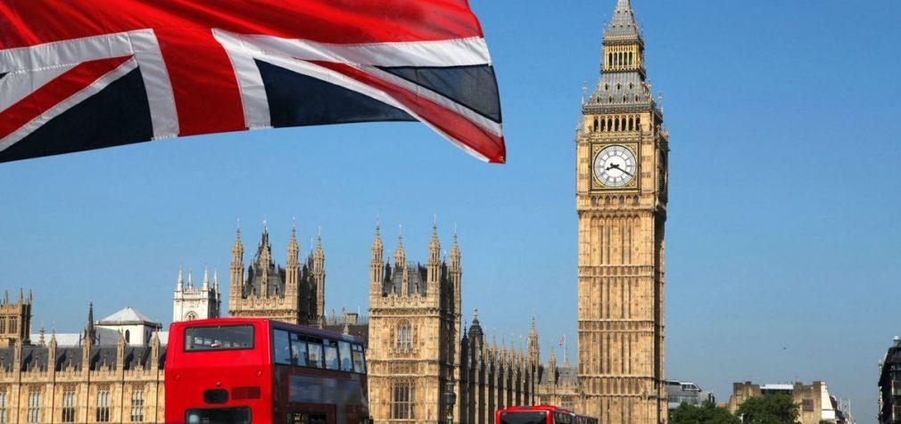 Великобритания: медики с пакетами на голове вместо масок