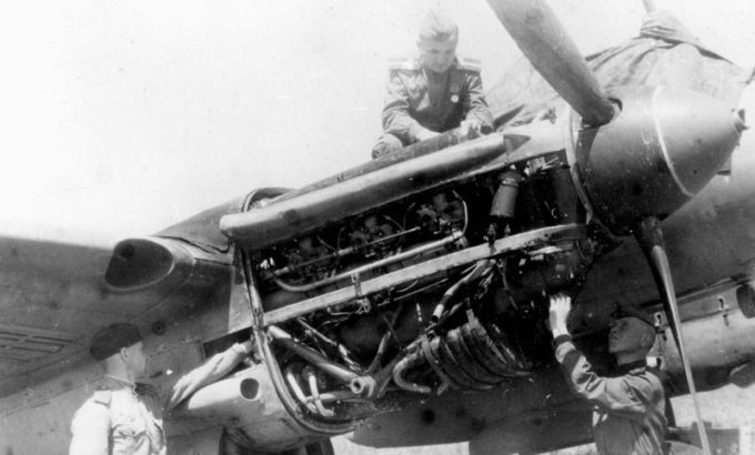 Ремонт двигателя пикирующего бомбардировщика Пе-2 на фронтовом аэродроме