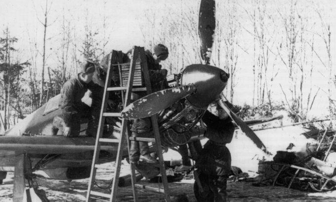 Ремонт двигателя истребителя Як-1 в полевых условиях