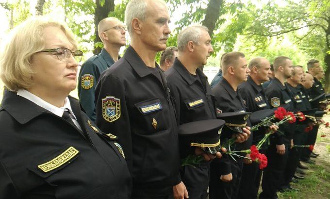 Татьяна Зотова и сотрудники ГКУ «Леноблпожспас» на церемонии открытия памятника погибшим пожарным.