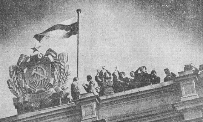 Август 1991 года. Российский флаг торжественно поднят над Ленсоветом