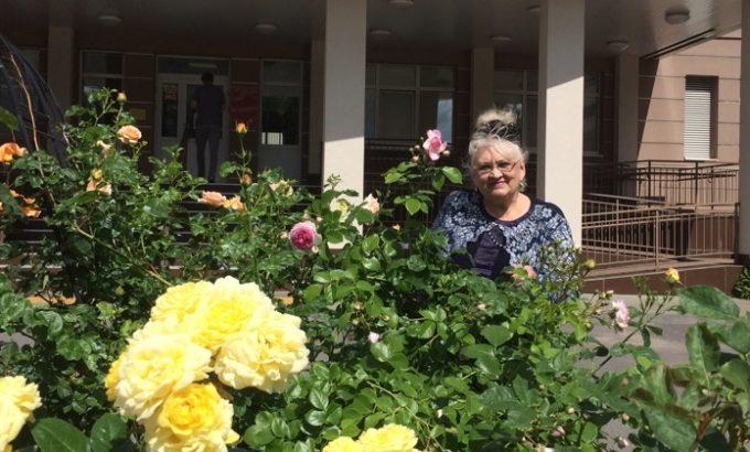 Творец и его творение - Наталия Салькова среди посаженных ею цветов.