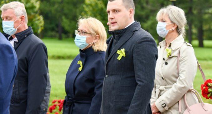 На Пискаревском почтили память павших