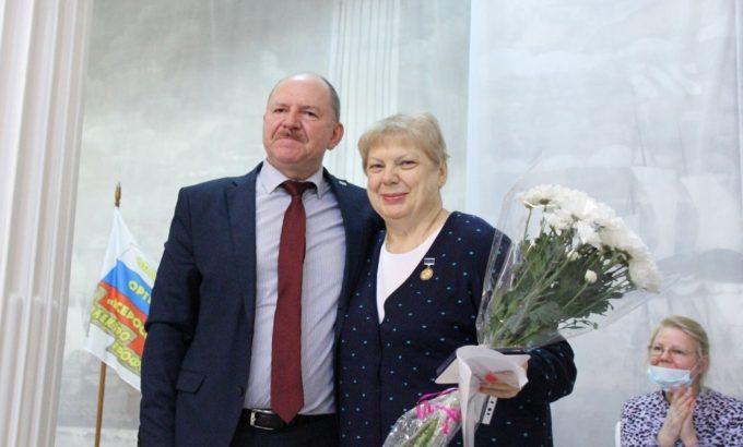 Юрий Офицеров во время награждения Натальи Быстровой наградой ВЭП на конференции