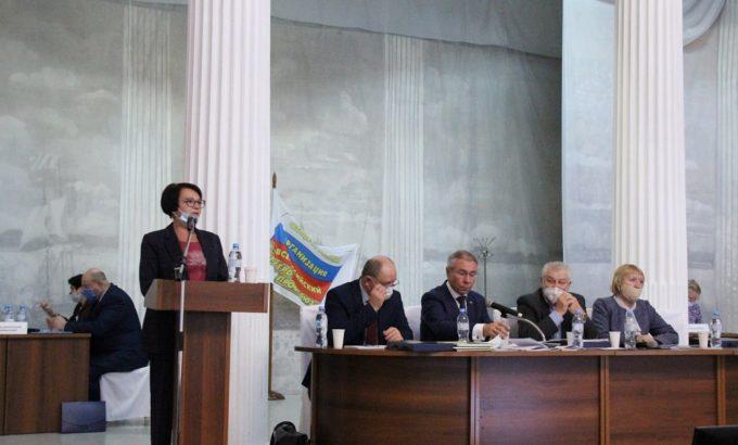 Мария Артюхина выступает перед делегатами конференции