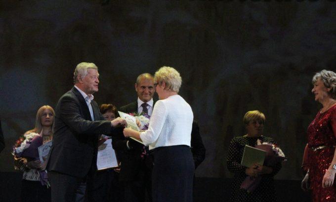 Владимир Дербин и Евгений Елин во время награждения на сцене БКЗ