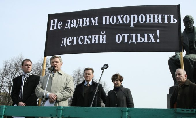 Митинг на Пионерской площади. Выступает председатель ЛФП Владимир Дербин.
