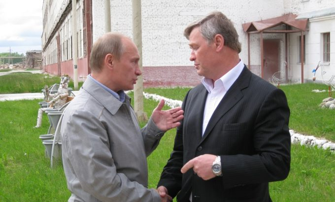 Председатель ЛФП Владимир Дербин и премьер-министр России Владимир Путин в Пикалево 2009 год.