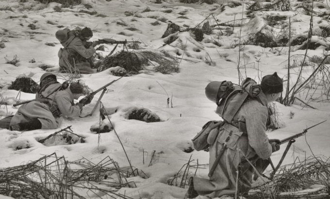 Красноармейцы атакуют укрепления линии Маннергейма