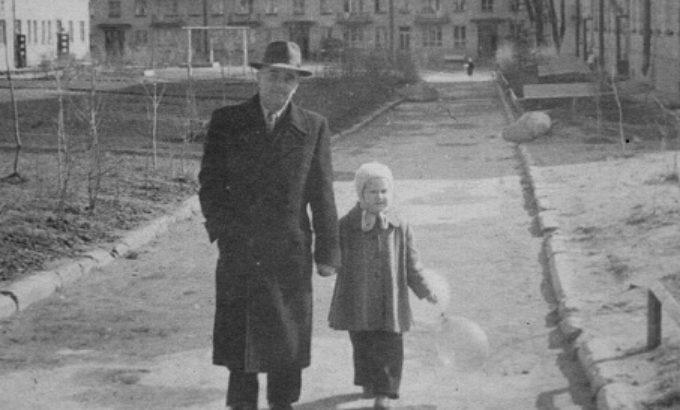 Николай Михайлович Пьянцев с внучкой Надей во дворе своего дома. Начало 60-х годов ХХ века