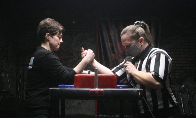 Судьи напоминают правила игры. Слева Виктория Чекмарева