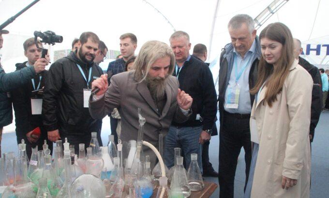 Александр Дрозденко осматривает площадки форума